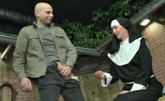 Deutsche Milf Nonne bekommt ihren ersten Fick vom Suender