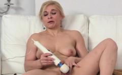 Blonde babe gets shower for casting