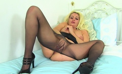 British milf Kelly Cummins fingers her meaty cunny